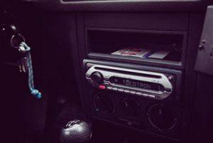 menghilangkan dengungan audio mobil saat mesin hidup