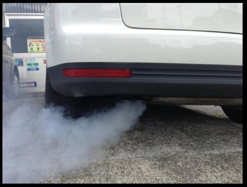 Knalpot mengeluarkan asap putih